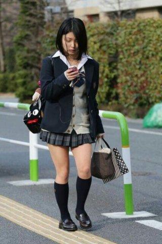 【画像】街並み撮ったら女子高生がたまたま写り込んでしまった写真