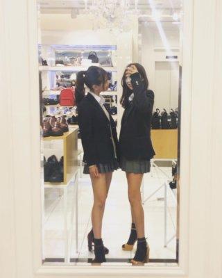 【画像】JKが鏡越しに撮るこの撮り方っていつから流行り出した?