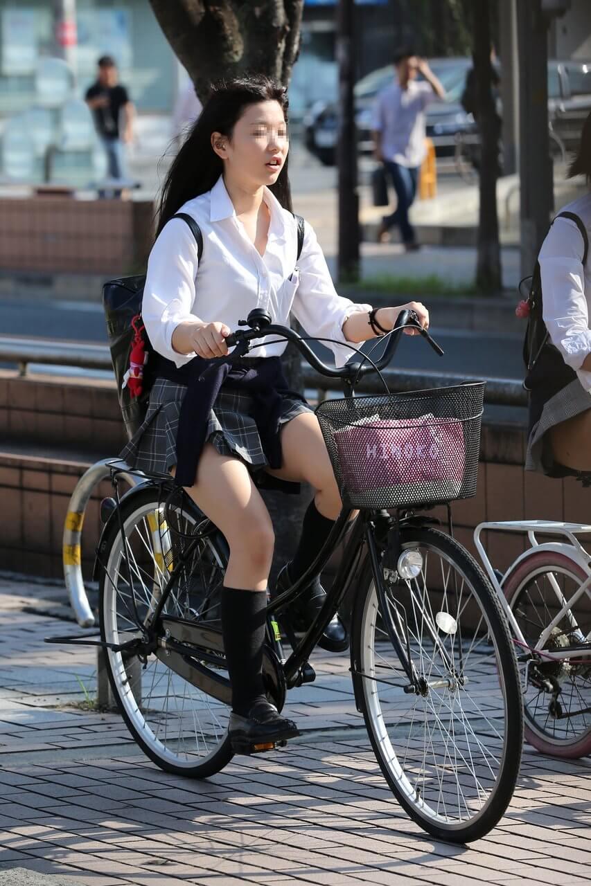 【画像】パンチラ期待してガン見しちゃうチャリンコ女子高生