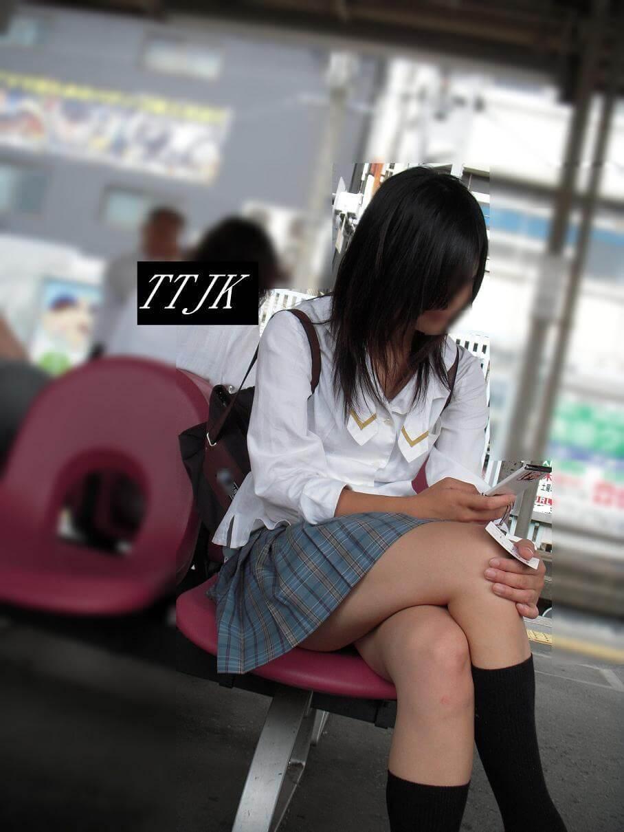 【画像】女子高生のスベスベ脚組みふとももでコキコキしたい
