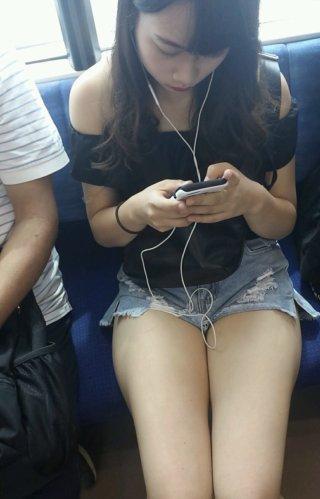 【画像】女子高生の露出してなんぼの私服がたまらなくエッチだ・・・
