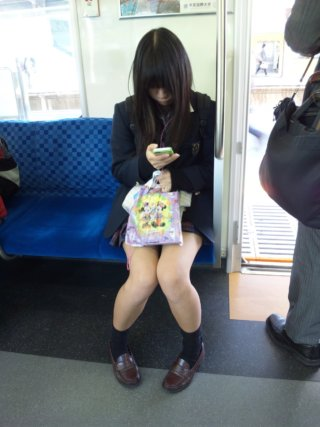 【画像】良い子のみんなは電車で女子高生を見かけてもこんな写真を撮ったらダメだぞ