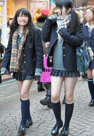 【画像】街撮りマフラー女子高生の小動物感がたまらんな!