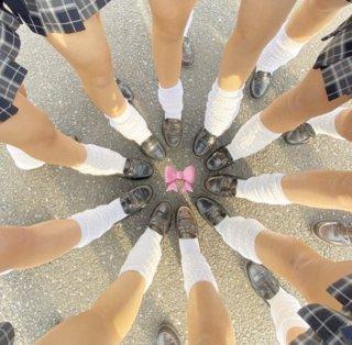 【画像】ルーズソックス履いた女子高生のムレムレの足で顔面踏まれたいよなww