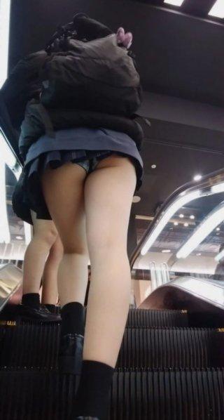 【画像】J〇のスカートを逆さ撮りする肝っ玉の据わった撮り師の画像