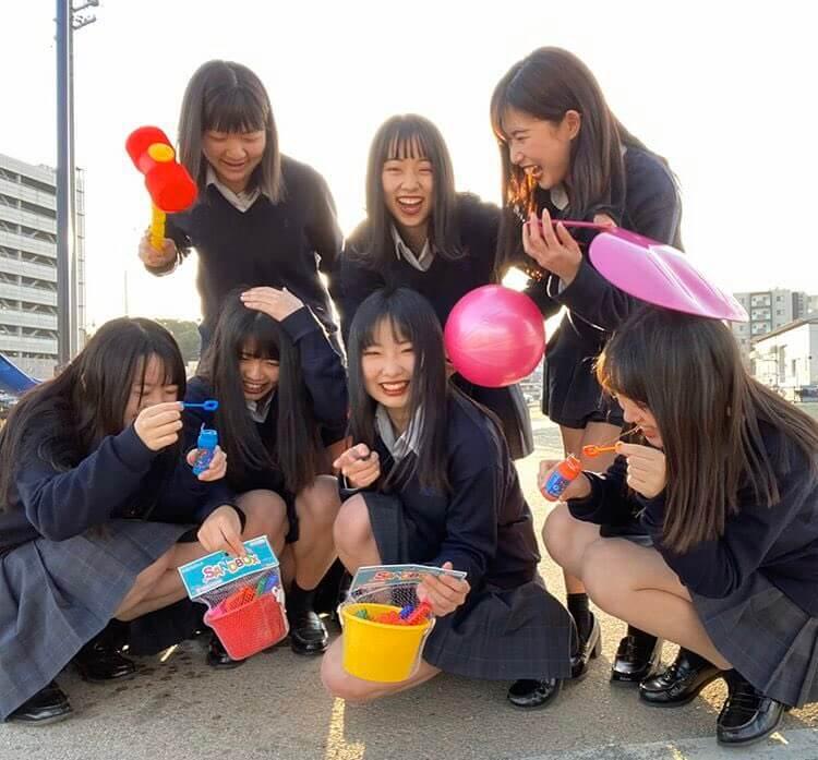 【画像】高校教師は女子高生に囲まれて勃起するんだろうな~な集合写真