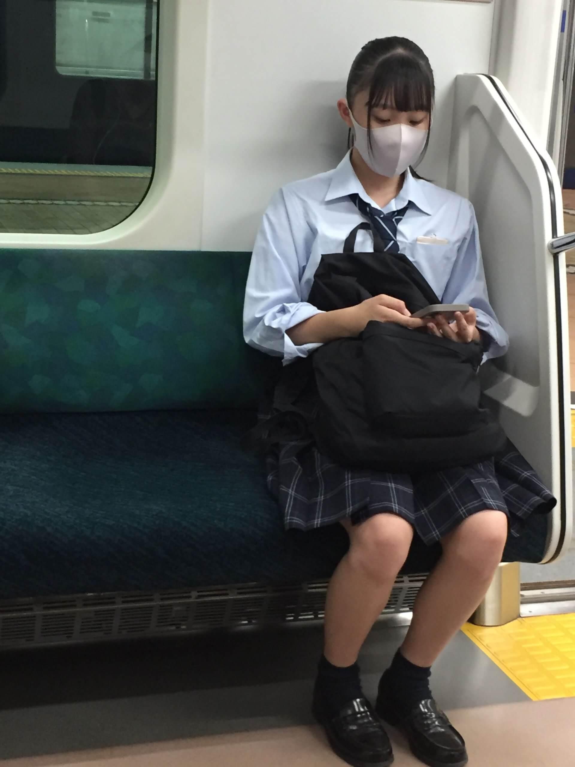 【画像】電車で座ってる女子高生の対面からスマホで盗撮奴ちょっと来なさい