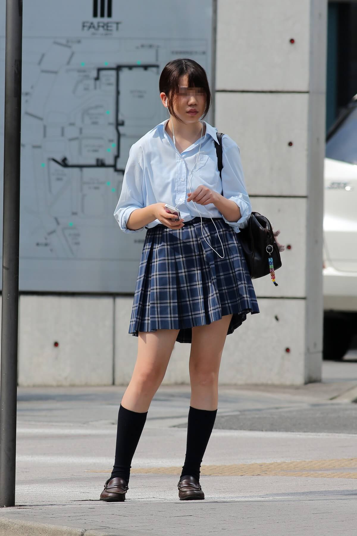 【画像】成人男性なら女子高生が居たらチラっと見てしまうだろう街撮り写真