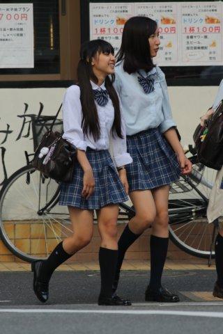【画像】高校の近くに住んでたら毎朝女子高生見放題な街撮り写真
