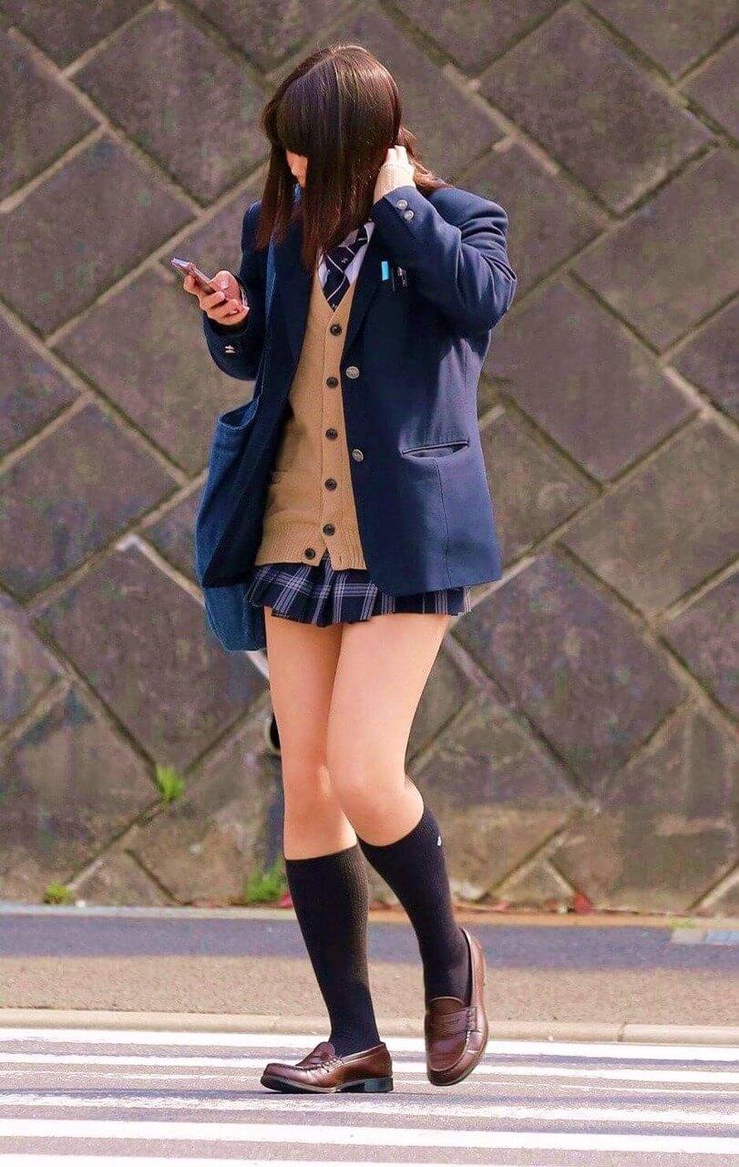 【画像】おかずにシンプルな女子高生の街撮り写真をどうぞ