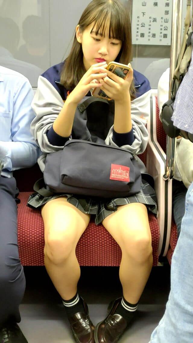 【画像】電車で女子高生の正面からこっそりスマホで盗撮奴、ちょっとこい