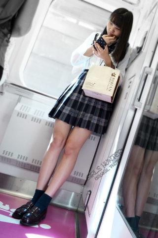 【画像】駅や電車で女子高生をこっそり盗撮犯の証拠写真がこれだ!