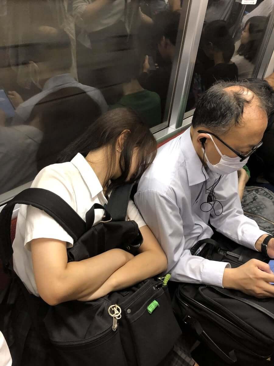 【画像】電車で女子高生が2択で横に座ってきたらまじで認められた感よなww