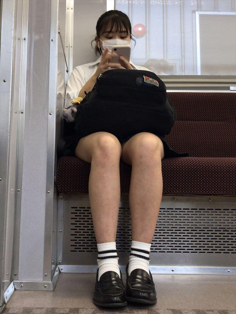 【画像】電車内にJK居たらどこ座る?やっぱ正面よなwwな画像