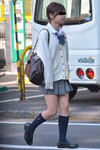 【画像】暖かくなってきてセーターで登下校するJKちゃんの街撮り写真