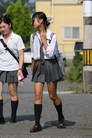 【画像】暑くなってきたし透けそうなシャツJKの街撮り写真をどうぞ