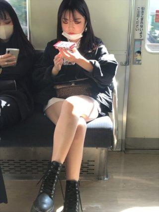 【画像】女子高生の私服って露出多めになるからたまらんよなww