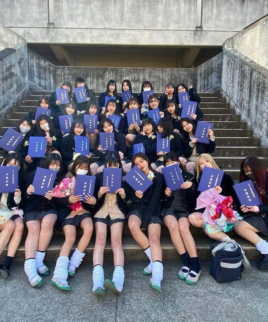 【画像】カワイイ子は中心、地味系は端っこな女子高生の集合写真ww
