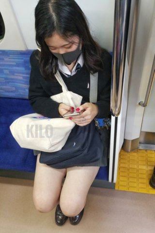【画像】電車内で女子高生を思わず撮ってしまった、では済まされない画像集