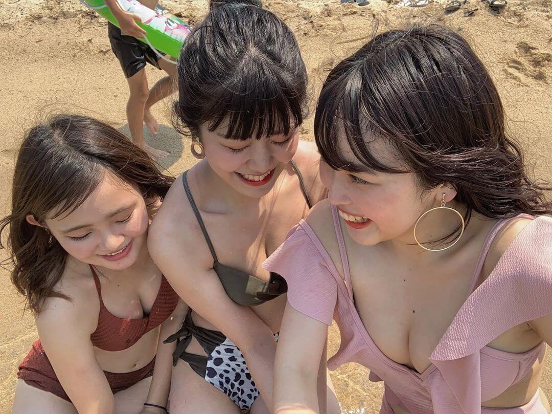 【画像】10代の女の子が生意気に発達した身体を晒す水着写真