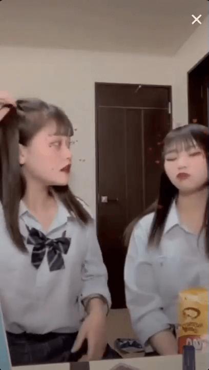 【動画】一瞬を見逃すな、制服JKのパンチラライブ配信!