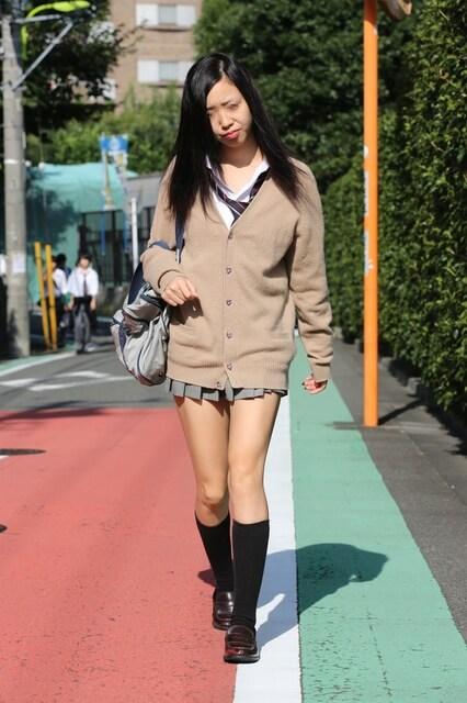 【画像】衣替えの準備を始めるセーター姿の街撮り女子高生