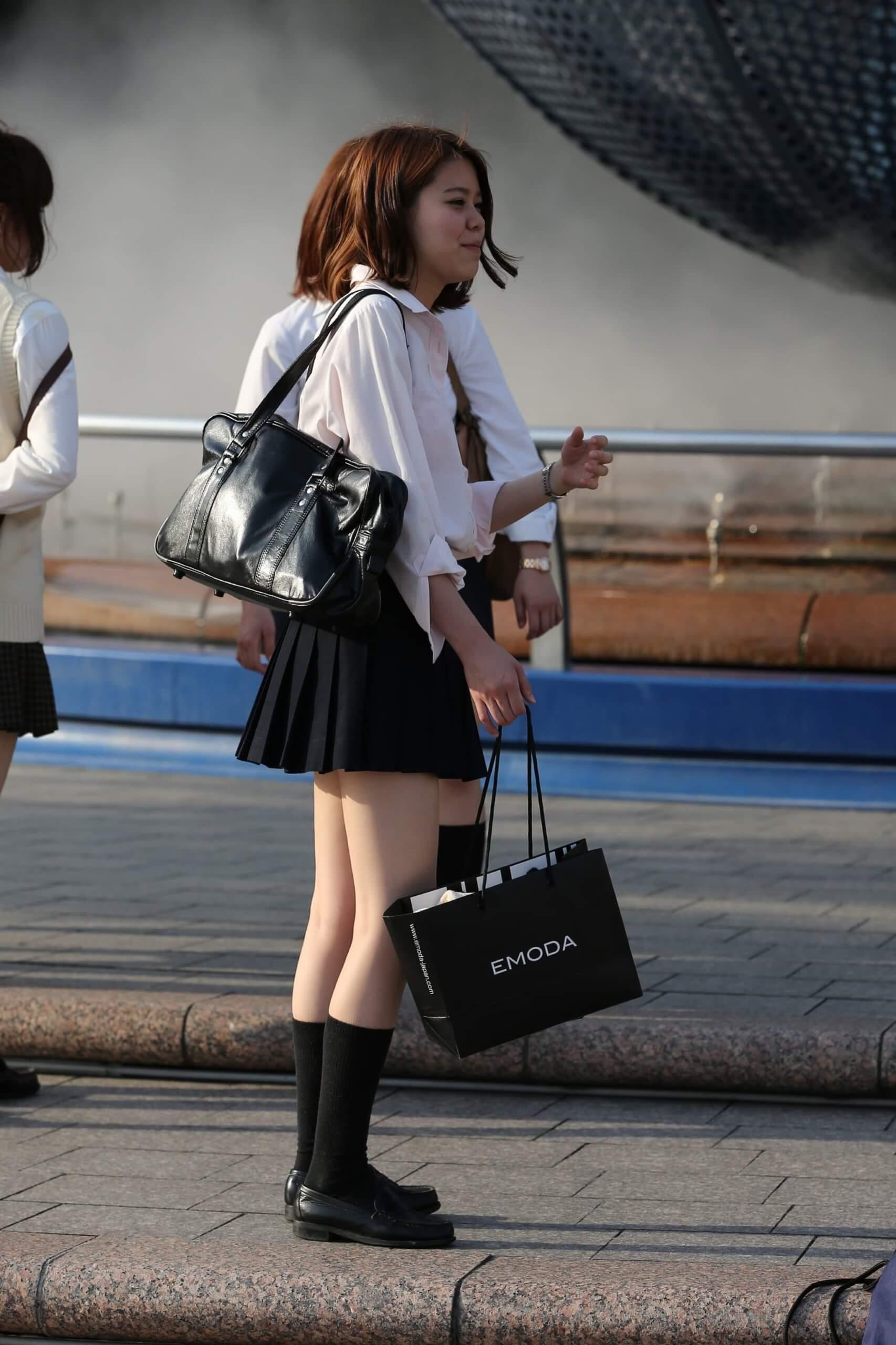 【画像】そろそろ街撮りシャツJKちゃんも見納めかね・・・