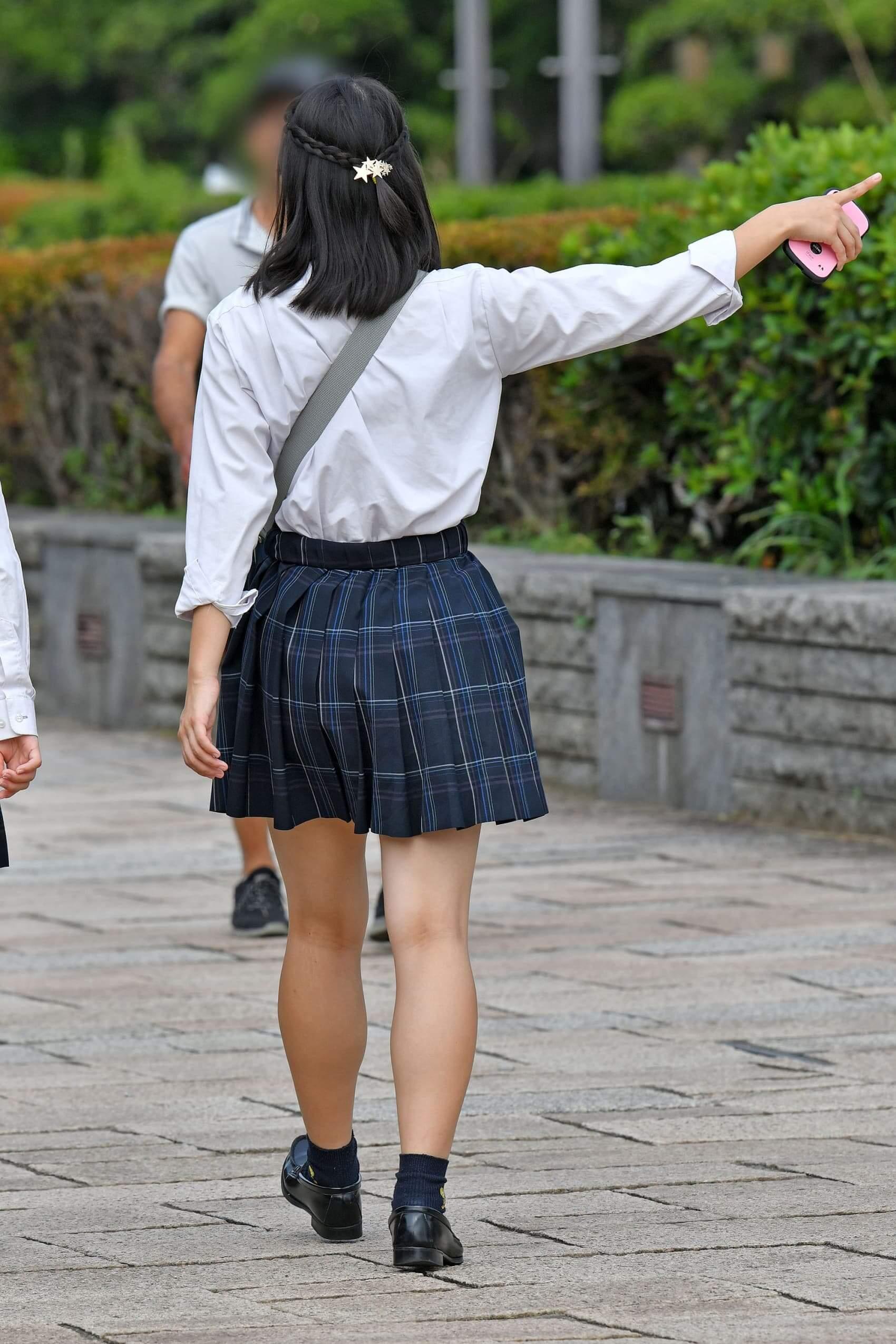 【画像】無防備な後ろ姿な女子高生を目の前にしても平常心でいような?